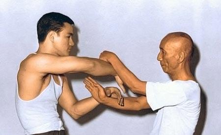 Yip Man e Bruce Lee in un esercizio tipico del wing tsun