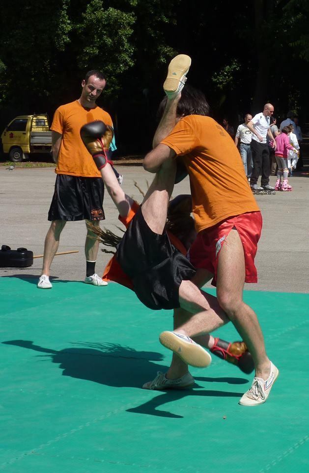 una tecnica di proiezione, tipica dello sport da combattimento cinese (sanda)